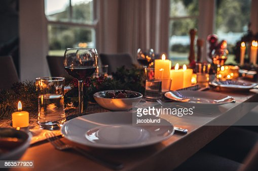 Decorated dining tablet on christmas eve. : Foto de stock
