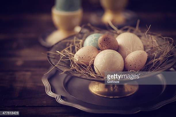 Eingerichteten Easter Eggs in Bowl in verschiedenen Farben