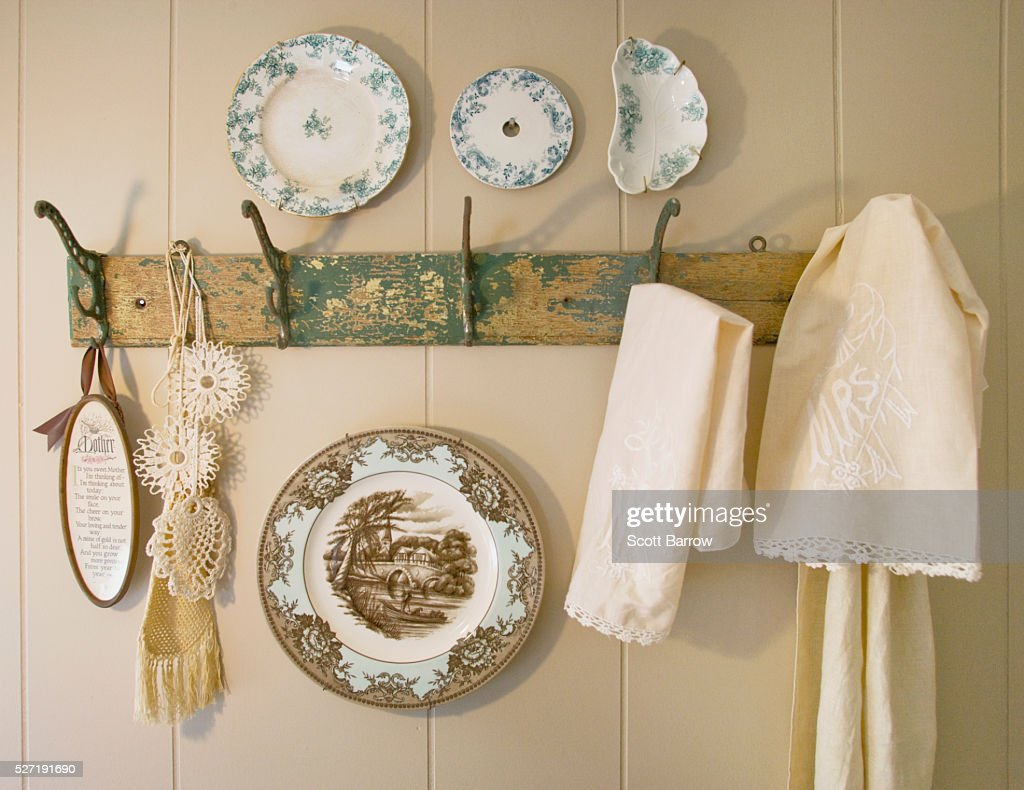 Decorative plates and dish towels on a rack : Foto de stock
