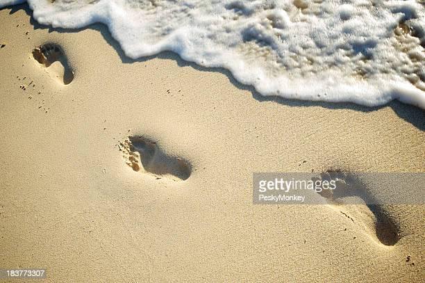Tiefe Spuren weichen Sand Foamy Wave leer Beach