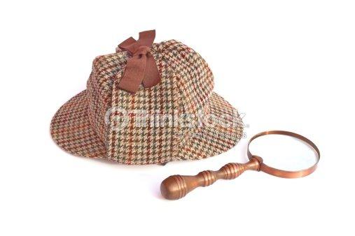 Deerstalker Oppure ai tempi di Sherlock Holmes berretto vintage e lente di  ingrandimento   Foto stock 42106562f744