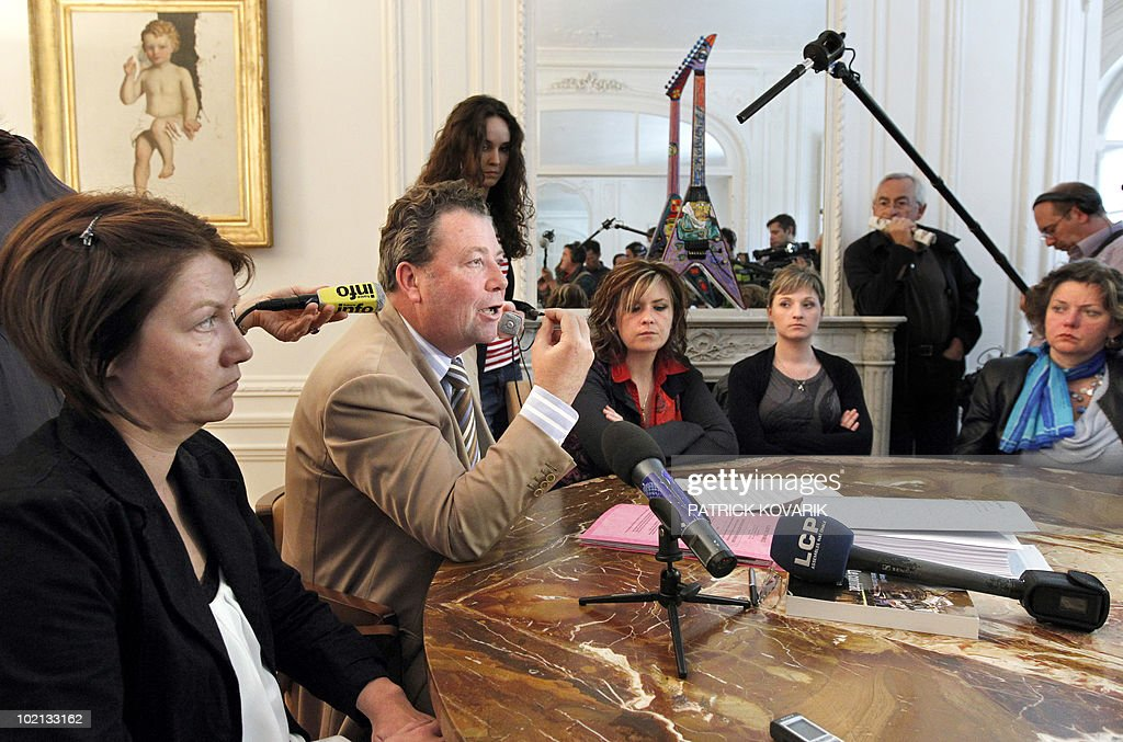 Defence lawyer Olivier Morice (2ndL), flanked by family members of victims of Karachi attack, Magali Drouet (L) and Elodie Lecarpentier (3rdR) answers journalists' questions on June 16, 2010 in Paris, during a press conference. French policemen carried out a search at the end of May 2010 the Head of French Naval Constructions (DCNS) as part of the inquiry on Karachi attack in 2002.