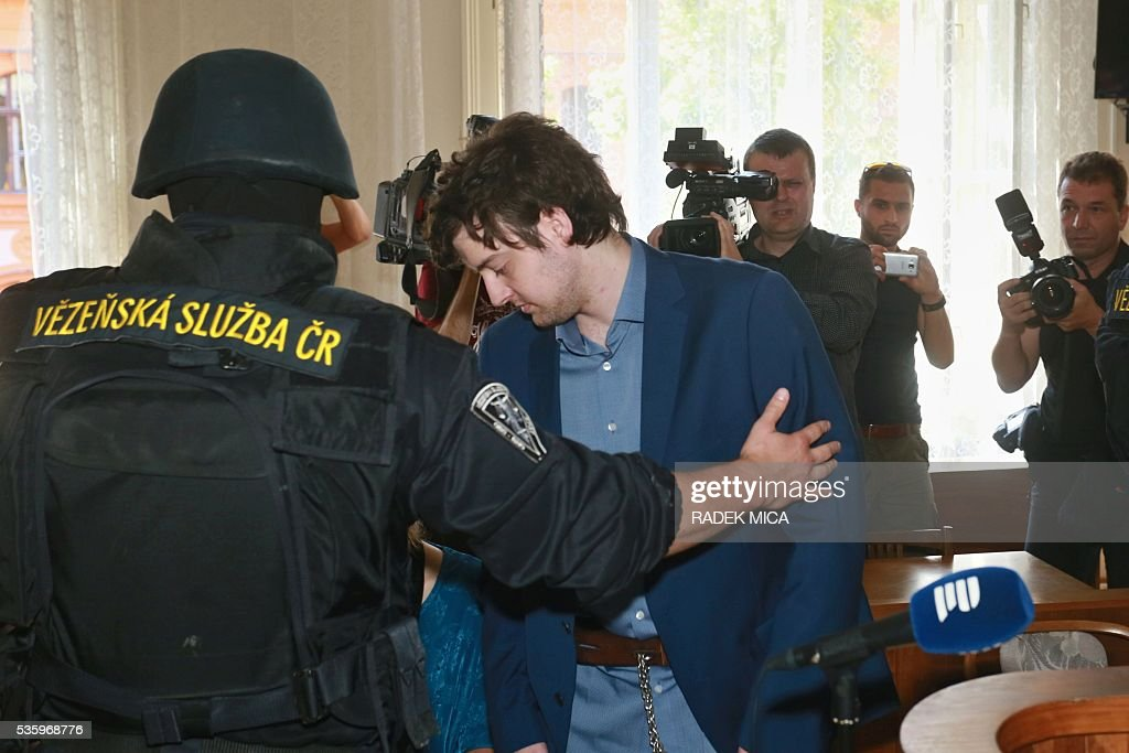Defendant Kevin Dahlgren (C) charged with quadruple murder is escorted to the courtroom for his trial on May 31, 2016 in Brno, Czech Republic. The US-citizen is accused of killing four of his relatives in the Czech Republic and then trying to incinerate their bodies. Kevin Dahlgren was extradited to the Czech Republic in 2015 after fleeing to the United States following the killings of his cousin, her husband and the couple's two sons. / AFP / Radek Mica