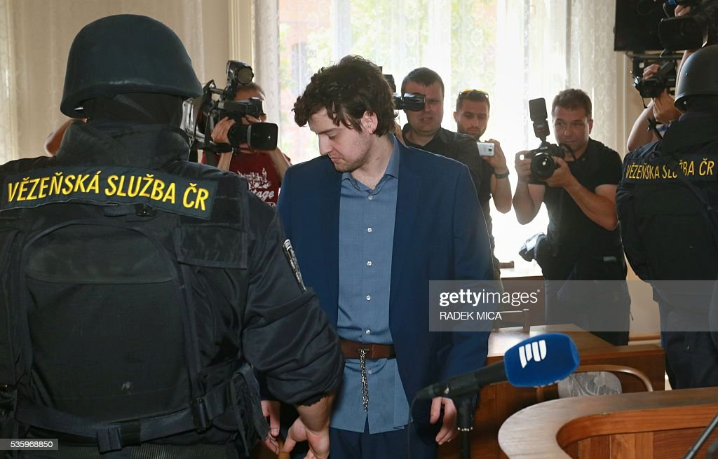 Defendant Kevin Dahlgren (L) charged with quadruple murder is escorted to the courtroom for his trial on May 31, 2016 in Brno, Czech Republic. The US-citizen is accused of killing four of his relatives in the Czech Republic and then trying to incinerate their bodies. Kevin Dahlgren was extradited to the Czech Republic in 2015 after fleeing to the United States following the killings of his cousin, her husband and the couple's two sons. / AFP / Radek Mica