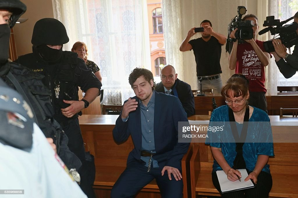 Defendant Kevin Dahlgren (C) charged with quadruple murder waits at the courtroom for his trial on May 31, 2016 in Brno, Czech Republic. The US-citizen is accused of killing four of his relatives in the Czech Republic and then trying to incinerate their bodies. Kevin Dahlgren was extradited to the Czech Republic in 2015 after fleeing to the United States following the killings of his cousin, her husband and the couple's two sons. / AFP / Radek Mica