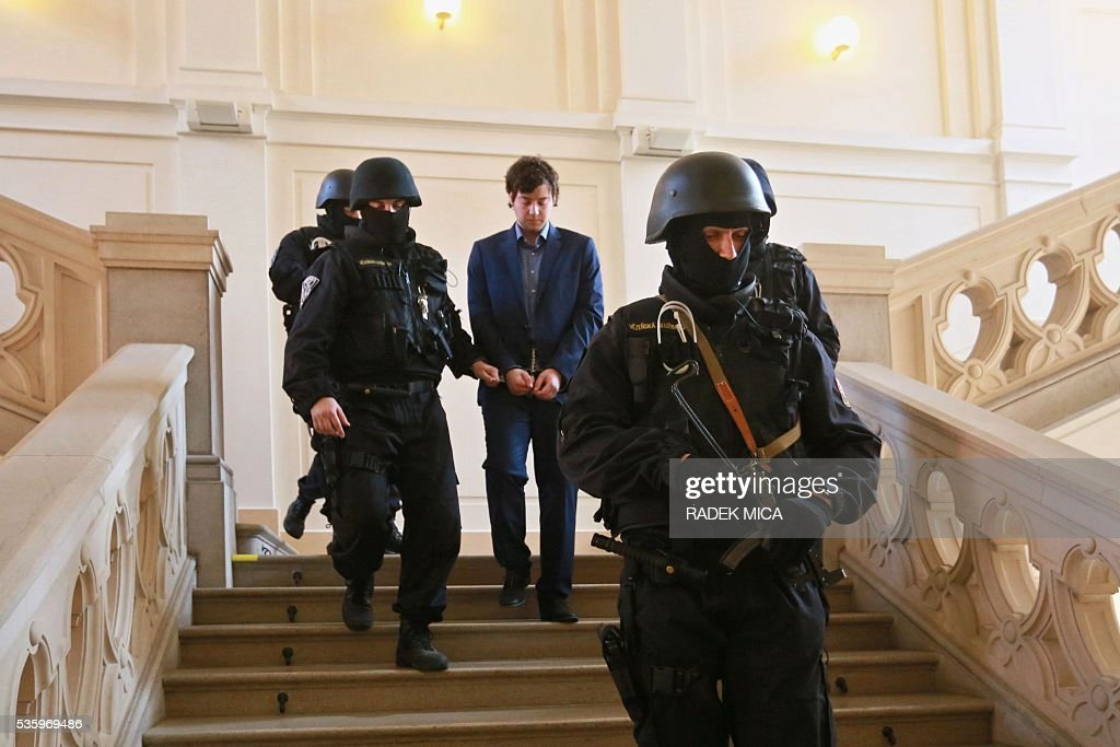Defendant Kevin Dahlgren (C) who is charged with quadruple murder is escorted through the staircase of the courthouse off the courtroom during a break of his trial on May 31, 2016 in Brno, Czech Republic. The US-citizen is accused of killing four of his relatives in the Czech Republic and then trying to incinerate their bodies. Kevin Dahlgren was extradited to the Czech Republic in 2015 after fleeing to the United States following the killings of his cousin, her husband and the couple's two sons. / AFP / Radek Mica