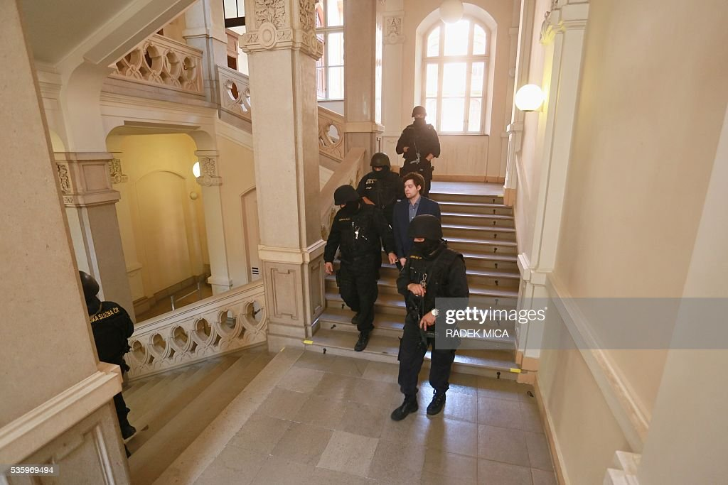 Defendant Kevin Dahlgren (2nd R) who is charged with quadruple murder is escorted through the staircase of the courthouse off the courtroom during a break of his trial on May 31, 2016 in Brno, Czech Republic. The US-citizen is accused of killing four of his relatives in the Czech Republic and then trying to incinerate their bodies. Kevin Dahlgren was extradited to the Czech Republic in 2015 after fleeing to the United States following the killings of his cousin, her husband and the couple's two sons. / AFP / Radek Mica
