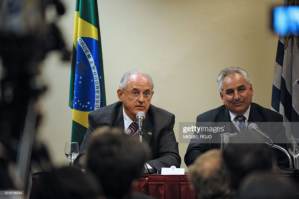 Defense ministers from Brazil Nelson Jobin (L) and Uruguay, Luis Rosadilla, give a press conference in Montevideo on May 27, 2010. AFP PHOTO/Miguel ROJO