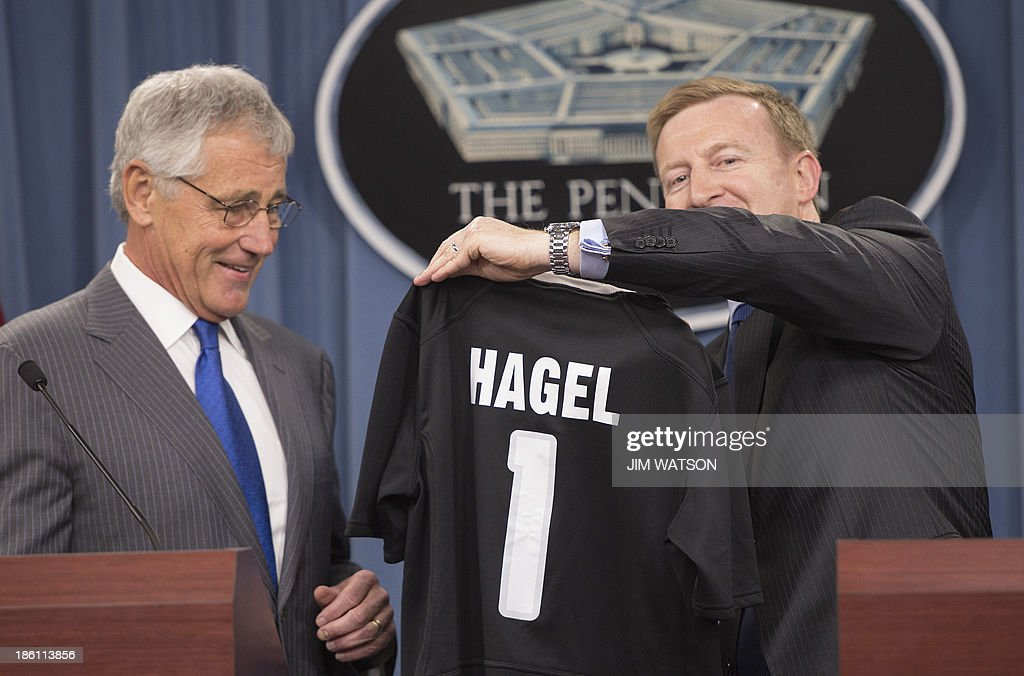 US Defense Secretary Chuck Hagel (L) receives a New Zealand All Blacks rugby jersey from New Zealand Defense Minister Jonathan Coleman (R) during a press conference at the Pentagon in Washington, DC, October 28, 2013. AFP PHOTO / Jim WATSON