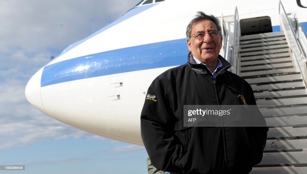 Defense Secretary Leon Panetta poses for a photograph before boarding a plane at Incirlik Air Base in Turkey, on December 14, 2012. Panetta stopped briefly to visit troops in Turkey before heading home after spending three days in Afghanistan. The United States will deploy two Patriot missile batteries to Turkey along with 400 troops to help defend its ally against potential threats from neighbouring Syria, US officials said Friday. AFP PHOTO / POOL / Susan Walsh
