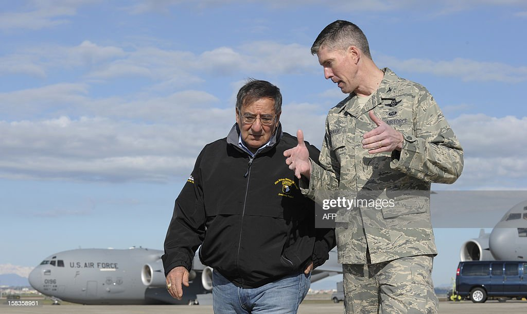 Defense Secretary Leon Panetta (L) talks with Colonel Christopher E. Craige, Commander of the 39th Air Base Wing at Incirlik Air Base in Turkey, on December 14, 2012. Panetta stopped briefly to visit troops in Turkey before heading home after spending three days in Afghanistan. The United States will deploy two Patriot missile batteries to Turkey along with 400 troops to help defend its ally against potential threats from neighbouring Syria, US officials said Friday. AFP PHOTO / POOL / Susan Walsh