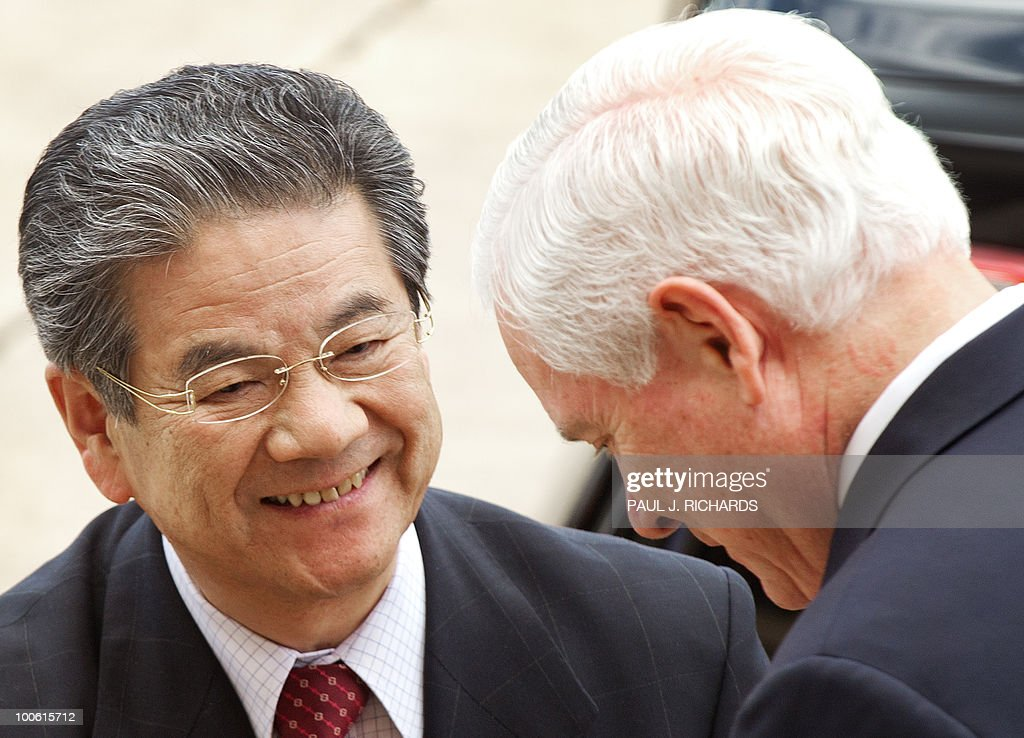 US Defense Secretary Robert Gates (R) greets Japanese Defense Minister Toshimi Kitazawa on May 25, 2010 as he arrives at the Pentagon for private meetings in Washington. AFP PHOTO/Paul J. Richards