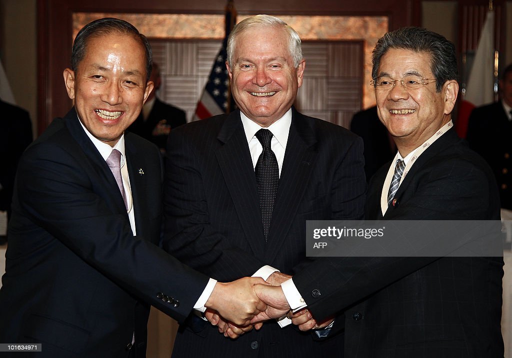 US Defense Secretary Robert Gates (C), Japan's Minister of Defense Toshimi Kitazawa (R) and South Korean Defense Minister Kim Tae Young pose during the Shangri-La Dialogue's Asia Security Summit in Singapore on June 5, 2010. Gates chided China for suspending military ties over US arms sales to Taiwan, saying Beijing's stance 'makes little sense'. Renewing his call for stronger relations between the Chinese and US militaries, Gates said such a dialogue should not be 'held hostage' over the weapons sales. AFP PHOTO / Carolyn Kaster / POOL