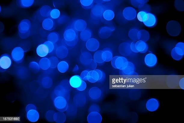 Unscharf Blau Licht vor schwarzem Hintergrund Punkten