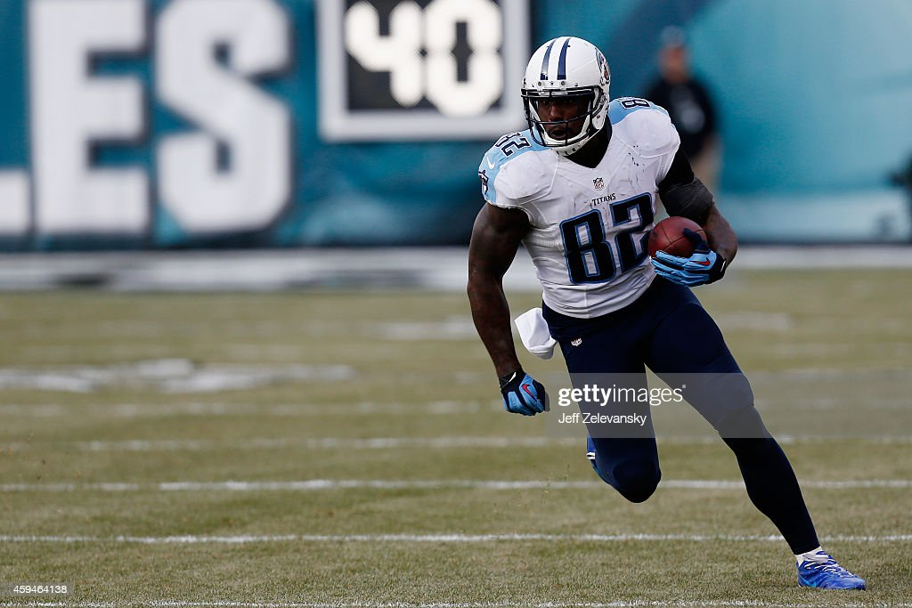 Delanie Walker of the Tennessee Titans runs the ball against the Philadelphia Eagles in the second quarter of the game at Lincoln Financial Field on...