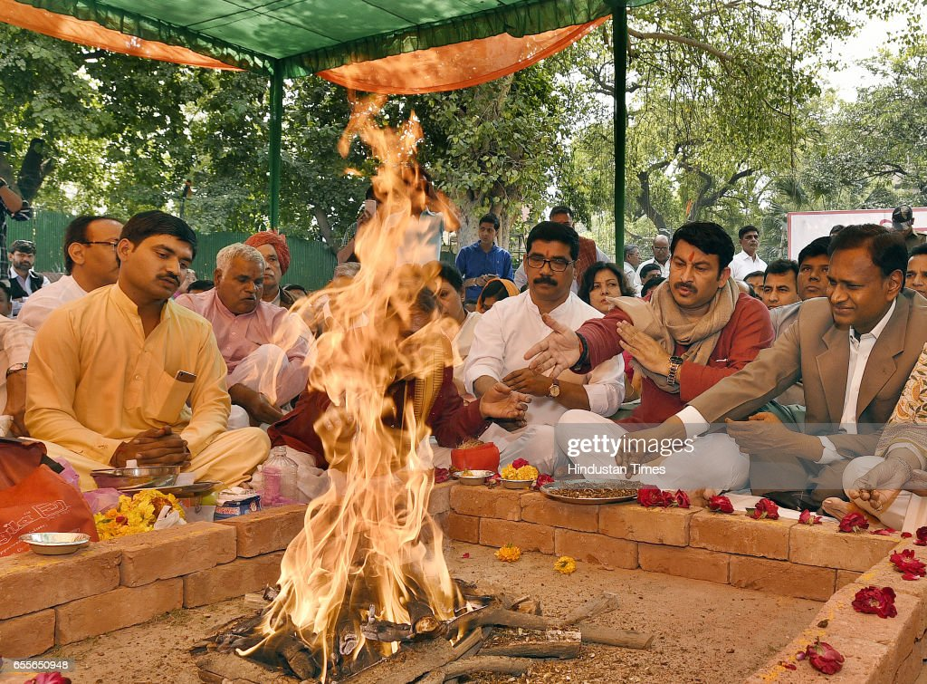 Delhi BJP President and North East Delhi MP Manoj Tiwari and Outer Delhi MP Udit Raj along with other leaders offering Prayers and Havan, as the BJP formally set up election special office for civil elections 2017, at Delhi BJP Office on March 20, 2017 in New Delhi, India.