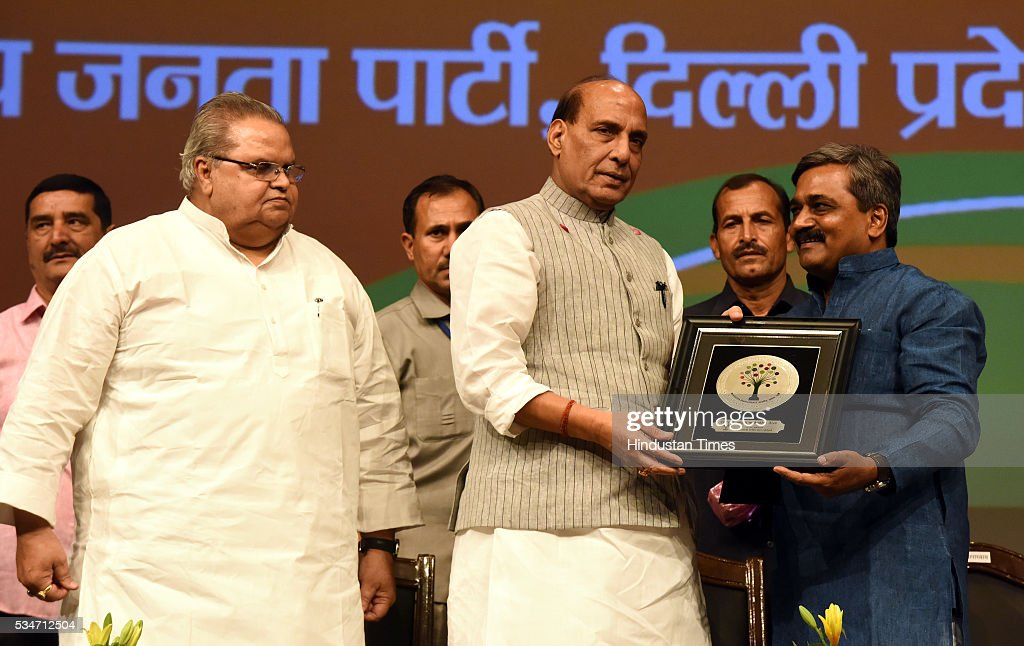 Delhi BJP President Satish Upadhyay facilitates the Union Home Minister Rajnath Singh attending Vikas Parv Function to celebrate the completion of second successful year of the Central Government headed by Prime Minister Narendra Modi at Siri Fort Auditorium on May 27, 2016 in New Delhi, India.