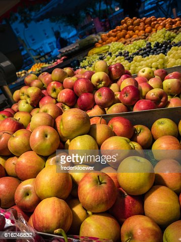 Delicious Apples and other fruits on a Market : Foto de stock