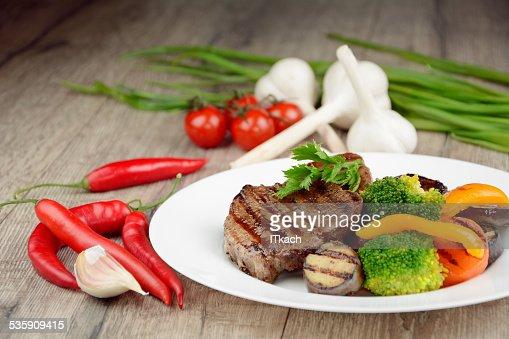 Deliciosos steakes de carne de res a la parrilla : Foto de stock