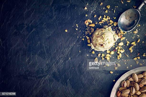 Délicieuse crème glacée à la pistache sur un arrière-plan