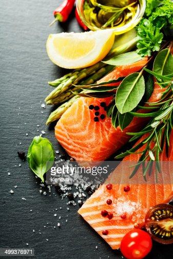 Deliziosa porzione di filetto di salmone fresco con erbe aromatiche, : Foto stock