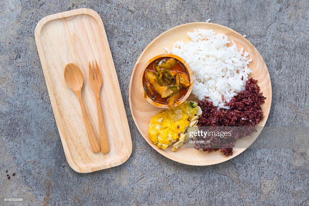 Delicioso arroz y rojo curry con cerdo y omelettes : Foto de stock
