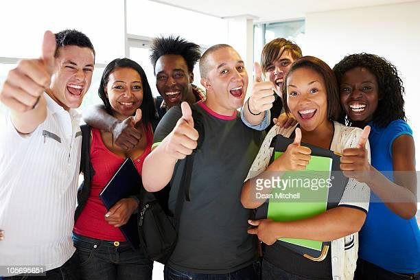 Begeistert junge Studenten, die ein Daumen hoch