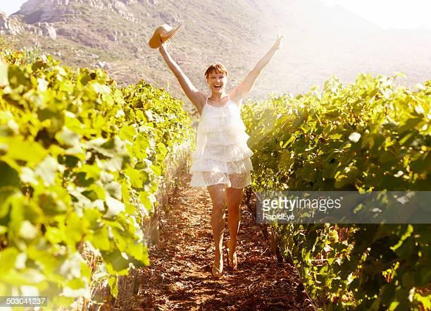 Begeistert Junge Frau Tanz-Reihe von hellen vines