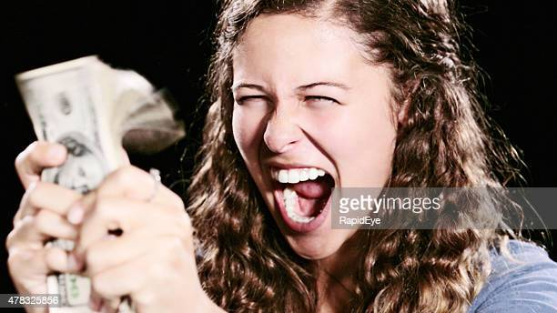 Begeistert Junge Frau mit sheaf of Dollar ruft Nation