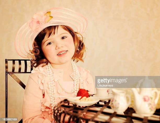 Charmante petite fille de thé la fête