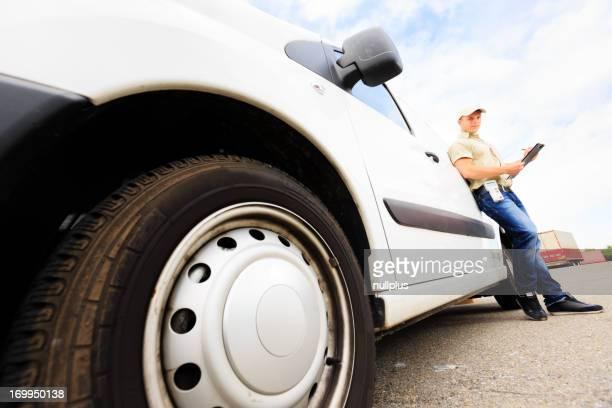 Livraison garçon debout à côté de son van