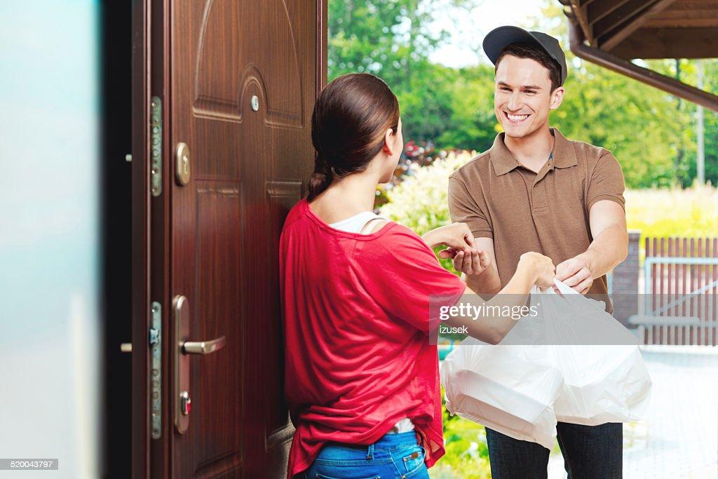 Lieferung Mann liefern ein Chinesisches Essen zum Mitnehmen : Stock-Foto
