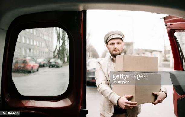 Livreur retire une Van de boîtes