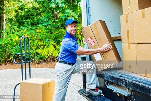 Homem de entrega de descarga o camião