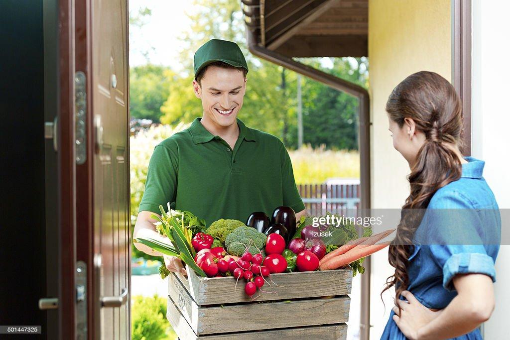 Lieferung Mann mit Bio-Speisen : Stock-Foto