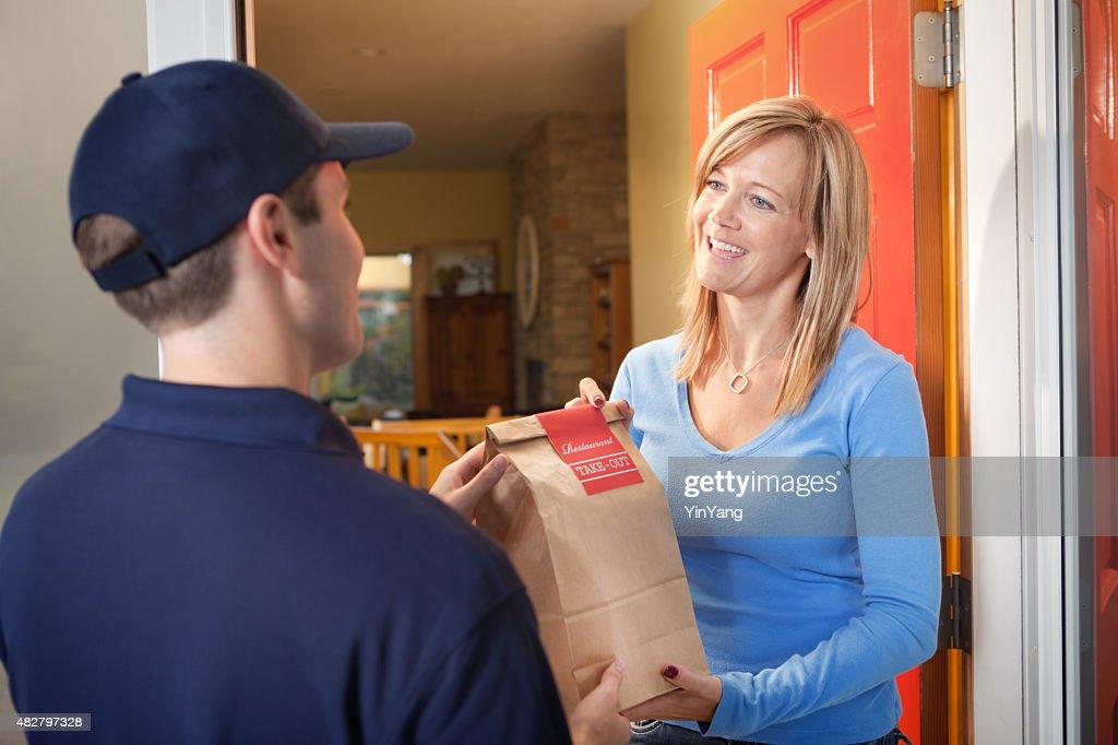 Lieferung Service-Mann liefern Take-out Food-Tasche direkt auf den Kunden : Stock-Foto