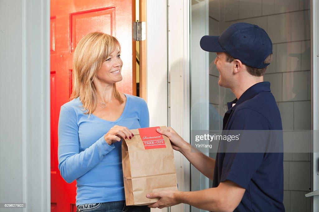 Service de livraison homme offrant à emporter sac à provisions au client de l'hôtel : Photo