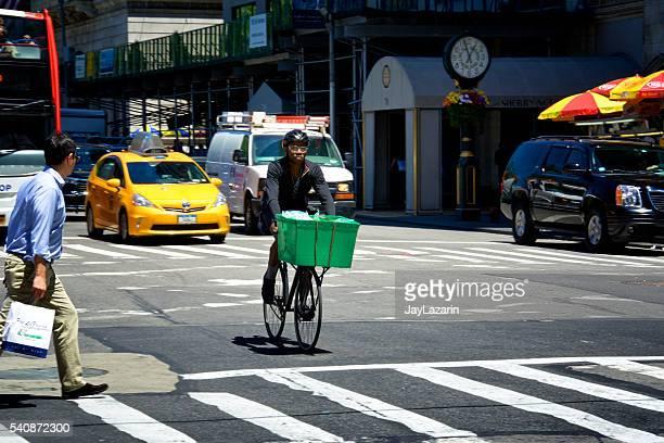 deliveryman Radfahrers Fahren Sie auf der 5. Avenue, Midtown Manhattan, NYC