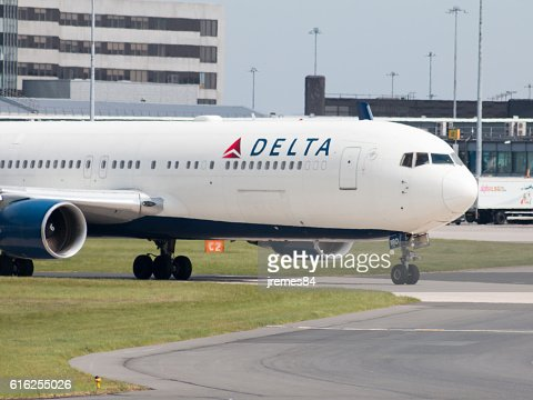 Delta Air Lines 767 : Stock Photo