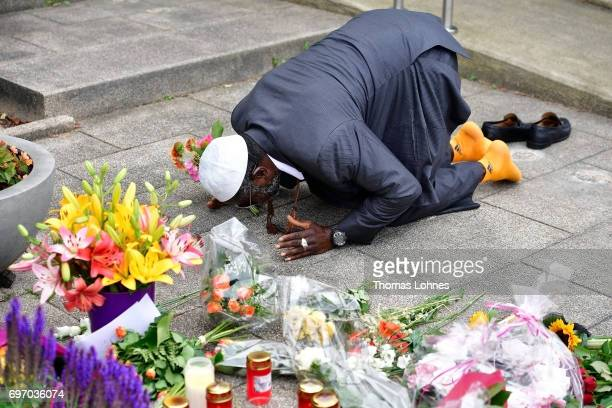 Dembo Kruballyh prays and lays flowers outside the home of former German Chancellor Helmut Kohl in Oggersheim district on June 17 2017 in...