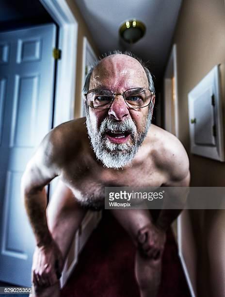 Demented Nackt Alter Mann Nahaufnahme Treiben in die Kamera.
