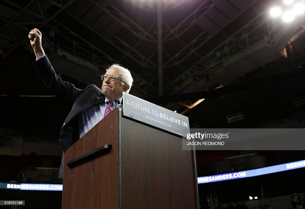 Democratic presidential candidate Bernie Sanders greets the crowd during a rally at Key Arena on March 20 2016 in Seattle / AFP / Jason Redmond
