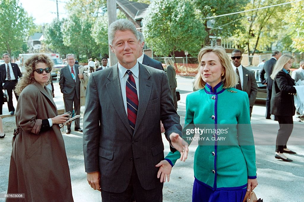 Democratic presidential candidate Bill Clinton and his wife Hillary arrive on October 11 1992 at Washington University in St Louis to look over the...