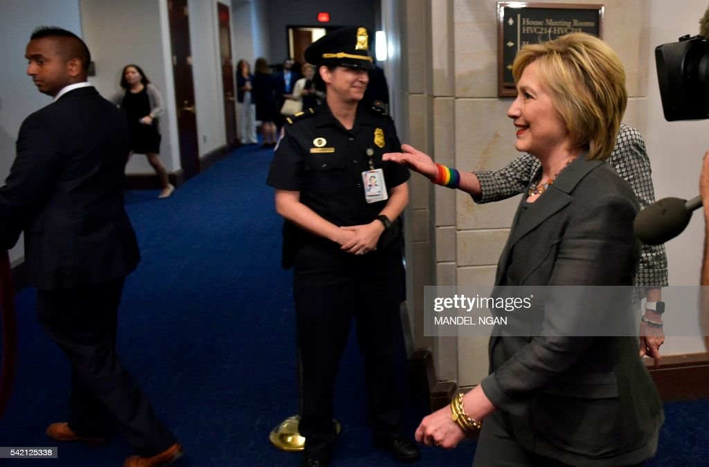 Democratic presidential candidate Hillary Clinton arrives for a meeting with the House Democratic Caucus on June 22, 2016 at the US Capitol in Washington, DC. / AFP / MANDEL