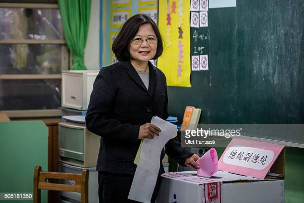 Democratic Progressive Party presidential candidate Tsai Ingwen casts her ballot at a polling station on January 16 2016 in Taipei Taiwan Voters in...