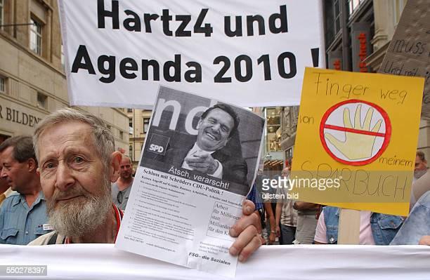 Demonstranten anlässlich der Leipziger MontagsDeomonstration gegen die Arbeitsmarktreformen Hartz IV