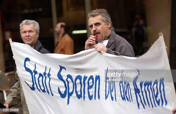 Demonstranten anlässlich des Sternmarsches gegen die neue Regierung gegen Hartz IV und Sozialabbau in Berlin
