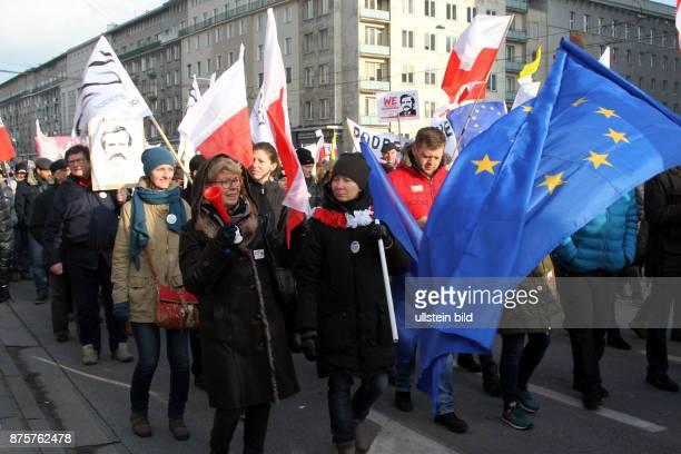 Demonstranten folgen dem Aufruf des Komitees zur Verteidigung der Demokratie und protestieren in Warschau gegen die neue polnische konservative...