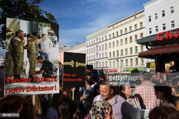 Demonstranten halten Schilder mit den Aufschriften 'Weder Putsch noch Diktatur' und 'Nein zur Todesstrafe'
