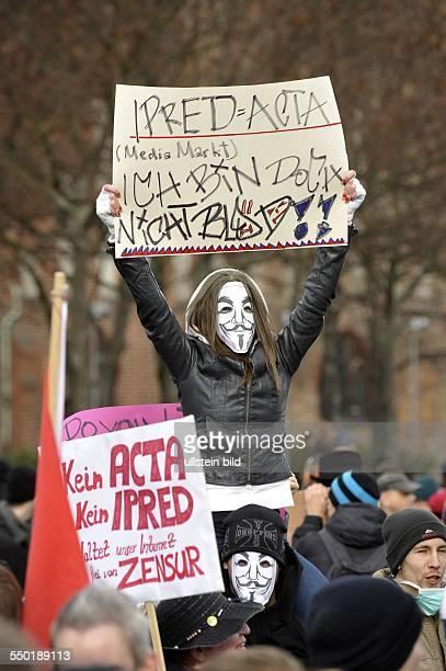 Demonstranten protestieren gegen die bevorstehende Umsetzung des ACTA Abkommens auf dem Alexanderplatz in Berlin